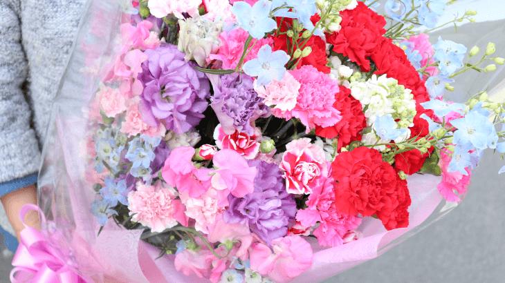 カーネーションがメインの大きな花束