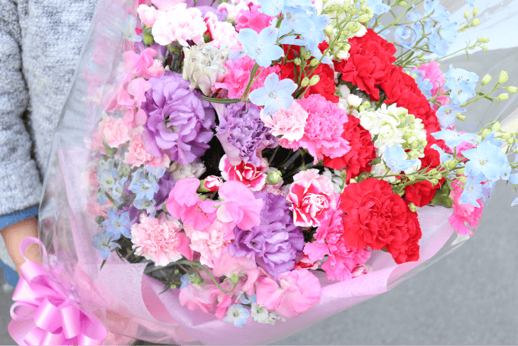 カーネイションがメインの大きな花束