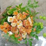 婚約のお祝いにオレンジ色の花束