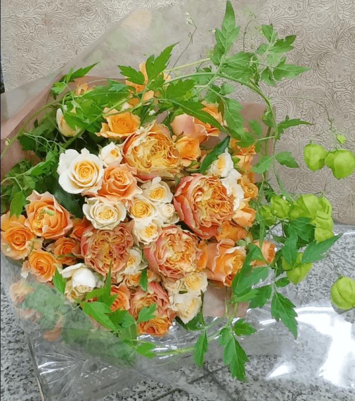婚約のオレンジ色の花束