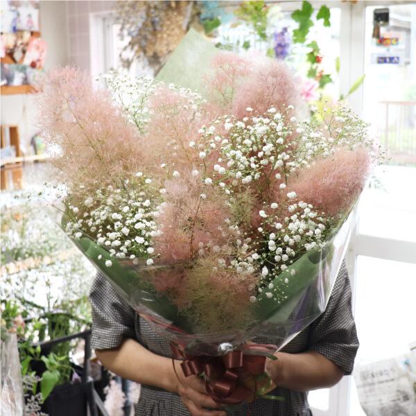 スモークツリーとカスミソウの花束