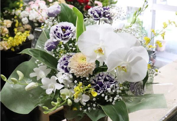 胡蝶蘭とトルコキキョウのお供えのアレンジメントフラワー