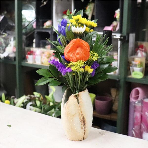 ホオズキ入りの仏花