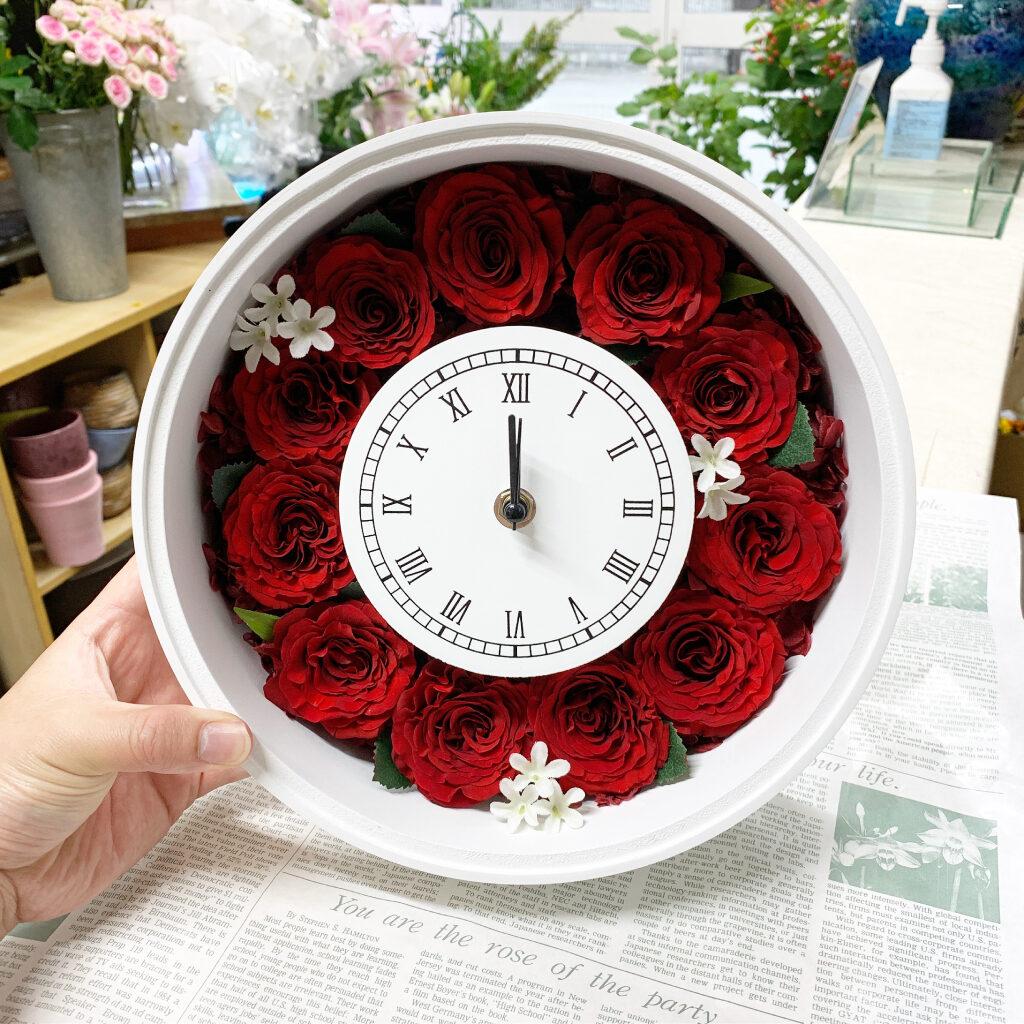 プリザーブドフラワー加工した赤薔薇で時計フレームにアレンジ