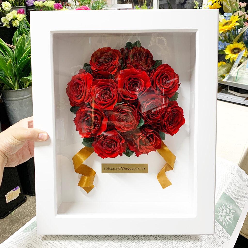 プリザーブドフラワー加工した赤薔薇でアレンジしたフレーム